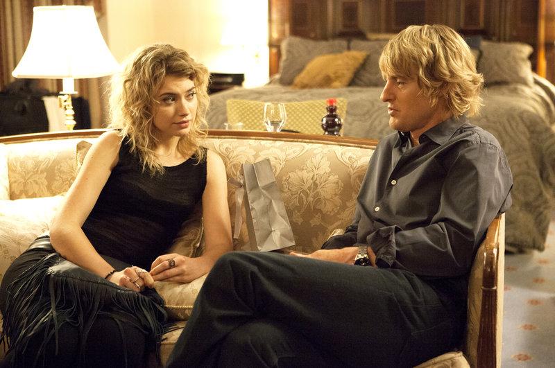Schadensbegrenzung: Izzy (Imogen Poots) und Arnold (Owen Wilson) treffen sich im Hotel zu einem Krisengespräch. – Bild: ZDF und K.C. Bailey