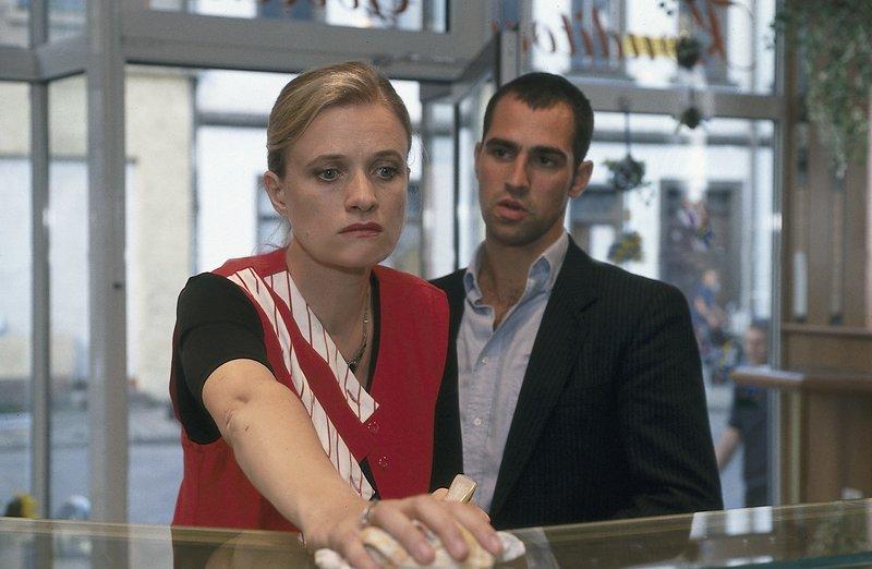 Miguel (Gabriel Merz) sucht die Witwe von Egon Scherer auf. Verena (Ulrike Grote) fühlt sich von ihrem Mann betrogen. – Bild: Uwe Frauendorf