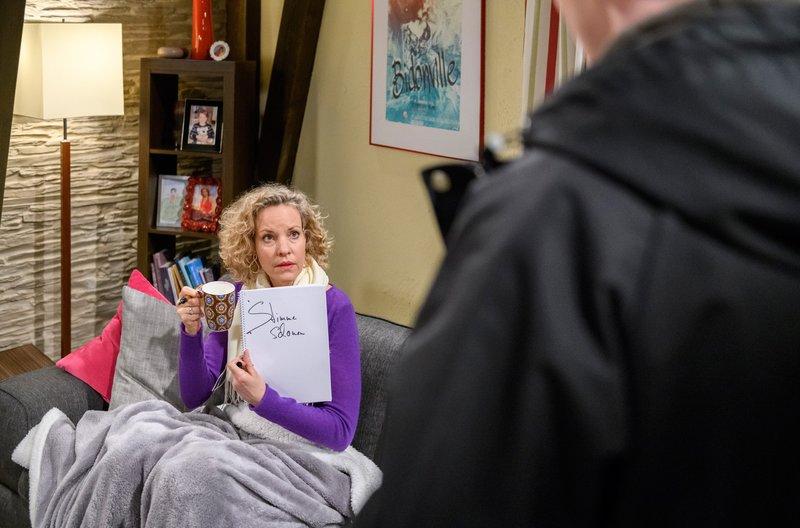 Natascha (Melanie Wiegmann, l.) versucht Fabien (Lukas Schmidt, r.) zu erklären, dass sie nicht reden kann. – Bild: ORF 2