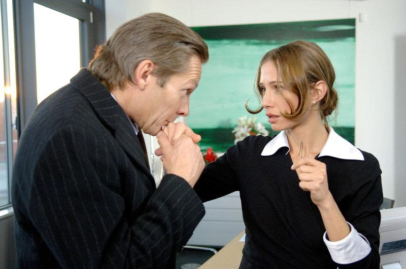 Katrin (Nadeshda Brennicke) bekommt vom Headhunter Jack (Markus Boysen) ein Jobangebot in London. – Bild: ORF