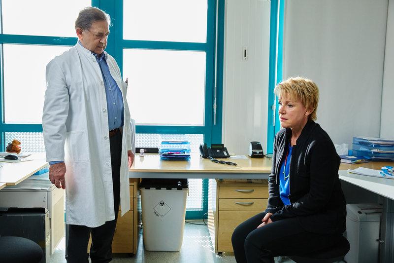 Frank Jürges (André Jung) spricht mit Karin Glaser (Mariele Millowitsch). – Bild: ZDF und © Frank Dicks