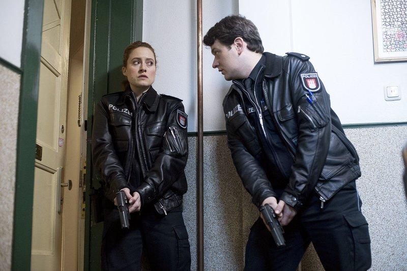 Nina Sieveking (Wanda Perdelwitz, l.) und Daniel Schirmer (Sven Fricke, r.) entdecken, dass das Siegel an der Wohnungstür des verstorbenen Herrn Müller aufgebrochen worden ist. – Bild: ARD