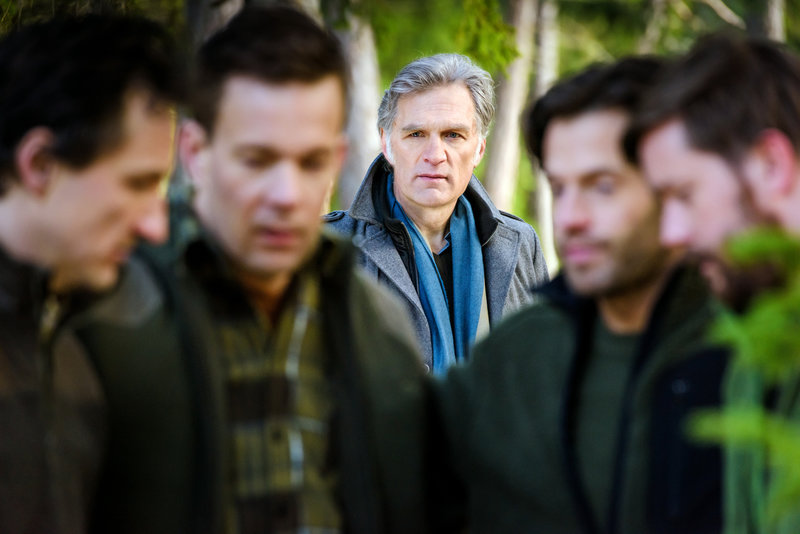 Ein Jagdausflug in den schwedischen Wäldern macht beste Freunde zu Todfeinden. Kommissar Robert Anders (Walter Sittler, M.) muss ermitteln, um herauszufinden, was dort geschehen ist ... – Bild: Sat.1 Emotions