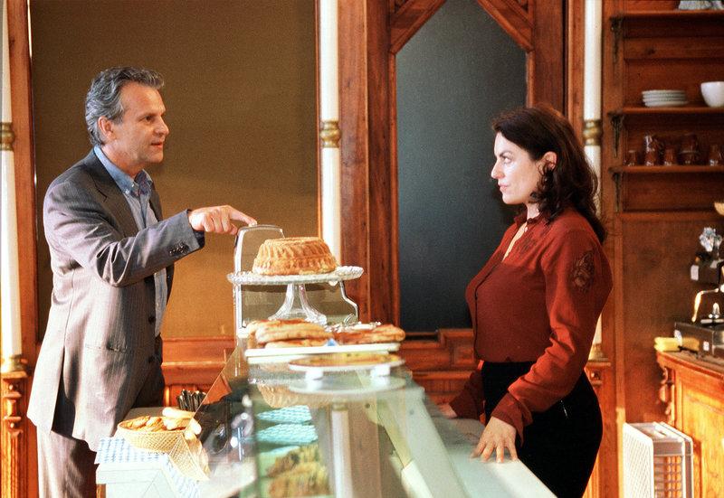 Liebe geht durch den Magen: Laurens (Peter Sattmann) besucht Lena (Christine Neubauer) in ihrer Bäckerei. – Bild: HR/ARD/Degeto/Susan R. Skelton
