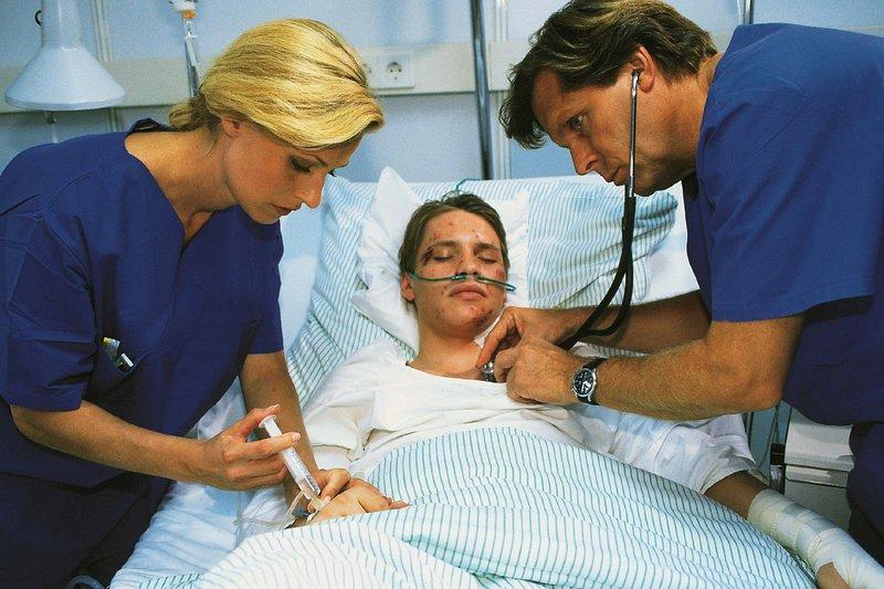 Dr. Stefan Frank (Sigmar Solbach) und Schwester Petra (Annette du Moulin) kümmern sich um Jonas (Jan Andres, M.), der einen Selbstmordversuch hinter sich hat. – Bild: RTL Passion