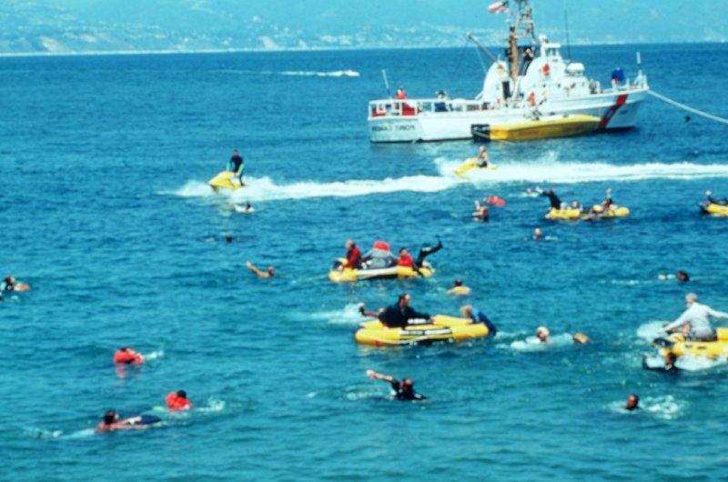 Das Rettungsboot der Küstenwache sammelt die auf den Rettungsinseln treibenden Passagiere des abgestürzten Flugzeugs ein. – Bild: Nitro.