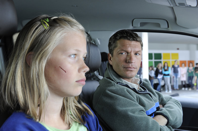 Lisa (Paulina Schwab) macht es ihrem Vater (Hardy Krüger jr.) nach dem Umzug nach Störzing nicht leicht - sie vermisst Wolfgang, Marianne und Josef und scheint darüber hinaus noch andere Probleme in der Schule zu haben. – Bild: ZDF