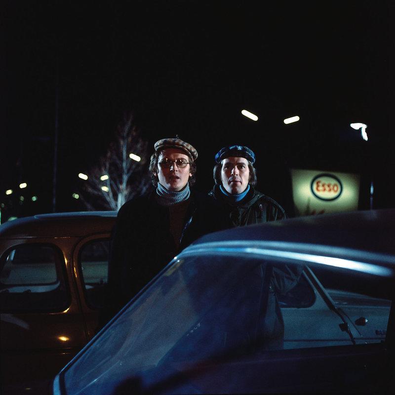 Die beiden Brüder Stichmann (Thomas Astan, l. und Hugo Panczak, r.). hatten eigentlich nur vor, ein Auto zu stehlen. Doch eher sie sich versehen, stecken sie mitten in einem Mordfall. – Bild: ZDF und Neue Münchner Filmprod.