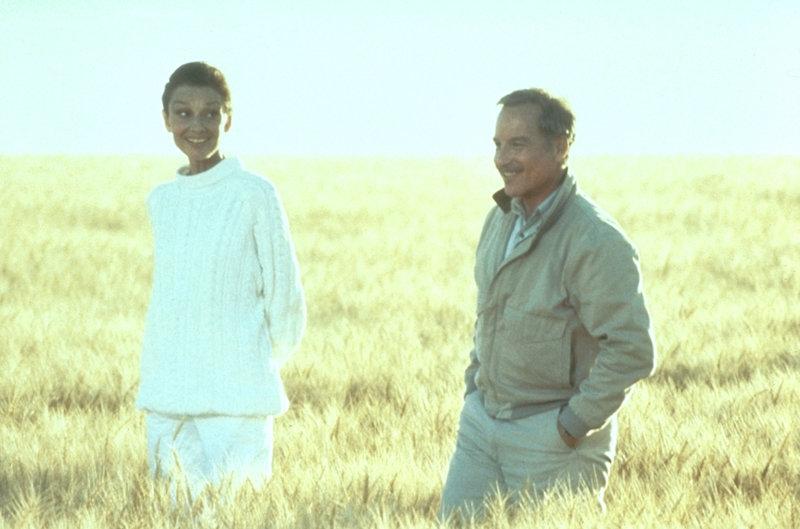 Hap (Audrey Hepburn, l.) ermahnt Pete (Richard Dreyfuss, r.), seine Macht als Engel nicht zu mißbrauchen, indem er die aufkeimende Liebe zwischen Dorinda und Ted boykottiert ... – Bild: Universal Pictures Lizenzbild frei
