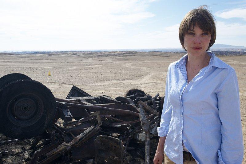 Verzweifelt: Am Unfallort sieht Maja (Christiane Paul) das Autowrack, aus dem ihr toter Ehemann geborgen wurde. – Bild: ZDF und Sandra Hoever