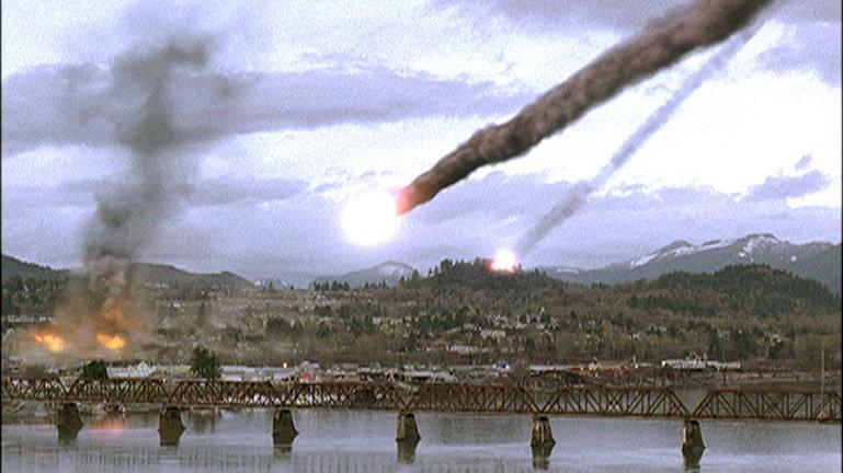 Ein gewaltiger Meteoritenschauer lässt Tod und Verderben niederregnen und stürzt ganz Cottonwood ins Chaos. – Bild: RTL II