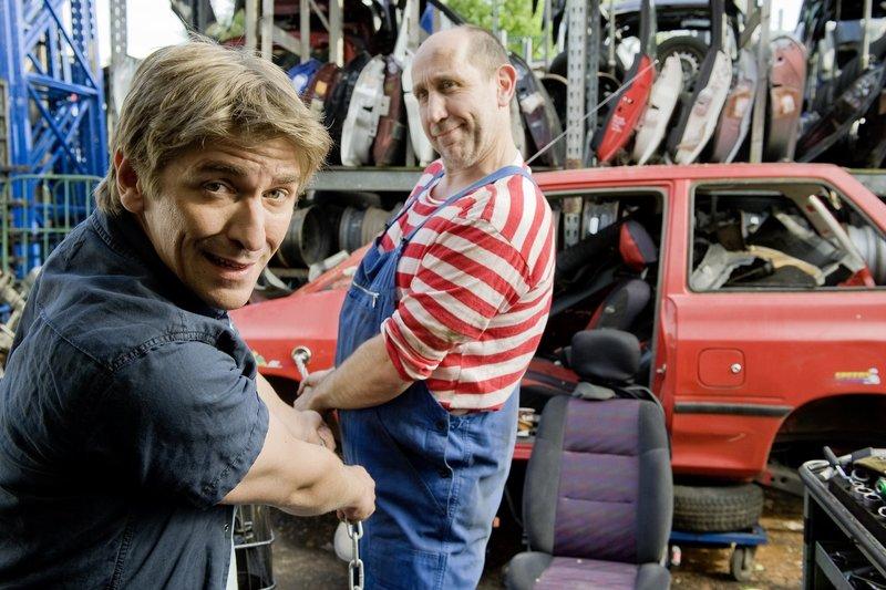 Fritz Fuchs (Guido Hammesfahr) und der Mechaniker Stefan (Manfred Möck) ziehen mit aller Kraft am Stark-Magneten - wenn das mal gut geht.– Bild: ZDF/Antje Dittmann