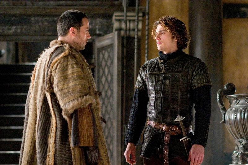 Lord Marke (Rufus Sewell, li.) und Tristan (James Franco) – Bild: RTL II