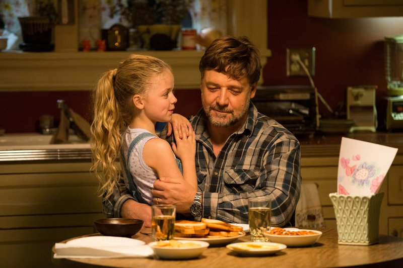 Von links nach rechts: Katie (Kylie Rogers) und ake Davis (Russell Crowe). – Bild: Telepool