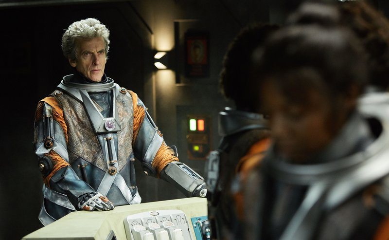 WARNING: Embargoed for publication until 00:00:01 on 09/05/2017 - Programme Name: Doctor Who S10 - TX: 13/05/2017 - Episode: Oxygen (No. 5) - Picture Shows: ***EMBARGOED UNTIL 00:01hrs 9th MAY 2017*** The Doctor (PETER CAPALDI), Abby (MIMI NDIWENI) - (C) BBC/BBC Worldwide - Photographer: Simon Ridgway – Bild: Simon Ridgway / BBC/BBC Worldwide 2017