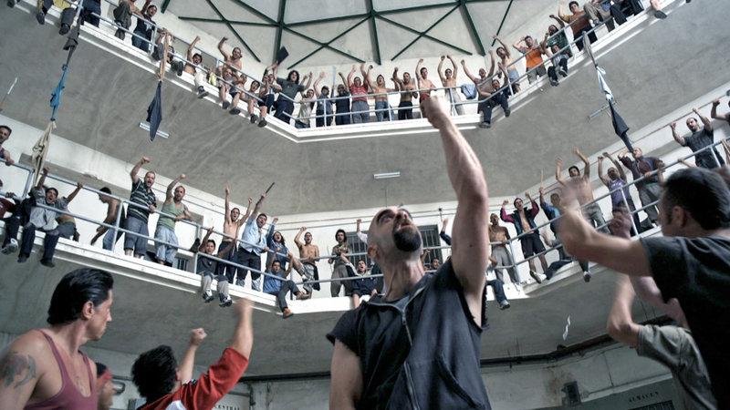Aus scheinbar heiterem Himmel bricht eine Revolte im Hochsicherheitsgefängnis aus... Allen voran Anführer Malamadre (Luis Tosar, Mitte) – Bild: RTL II