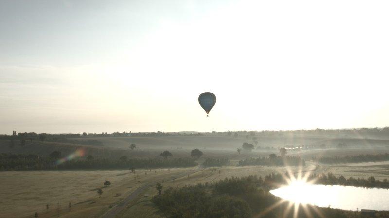 Christine Walkden begibt sich per Heißluftballon auf die Suche nach den schönsten Gärten Großbritanniens – Bild: Sky