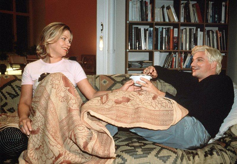 """Der schwule Kollege Donald (Stefan Jürgens) ist """"die beste Freundin"""" für seine Kollegin Linda Lano (Jennifer Nitsch). – Bild: ARD Degeto/BR"""