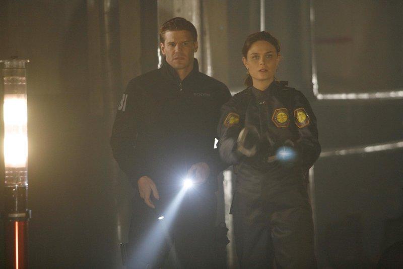 Booth (David Boreanaz, l.); Dr. Brennan (Emily Deschanel, r.) – Bild: TV4
