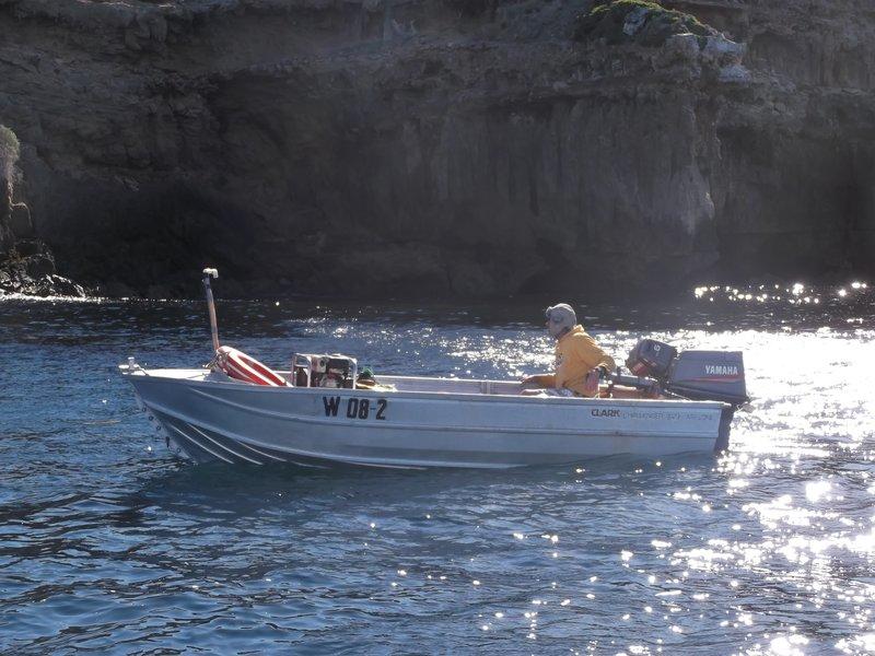 Abalone Sheller Tony Custance on boat near land. – Bild: Discovery Communications