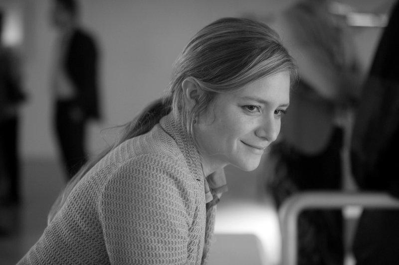 """Isabelle (Julia Jentsch) bei der Vernissage – Bild: BR Honorarfreie Verwendung nur im Zusammenhang mit genannter Sendung und bei folgender Nennung """"Bild: Sendeanstalt/Copyright"""". Andere Verwendungen nur nach vorheriger Absprache: ARTE-Bildredaktion"""