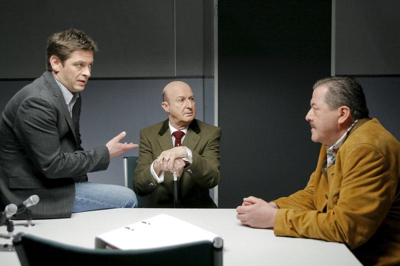 Juwelier Toni Eiglsberger äußert gegenüber Korbinian Hofer und Christian Lind einen Verdacht. (v.l.n.r.: Tom Mikulla, Christian Schneller, Joseph Hannesschläger) – Bild: ZDF