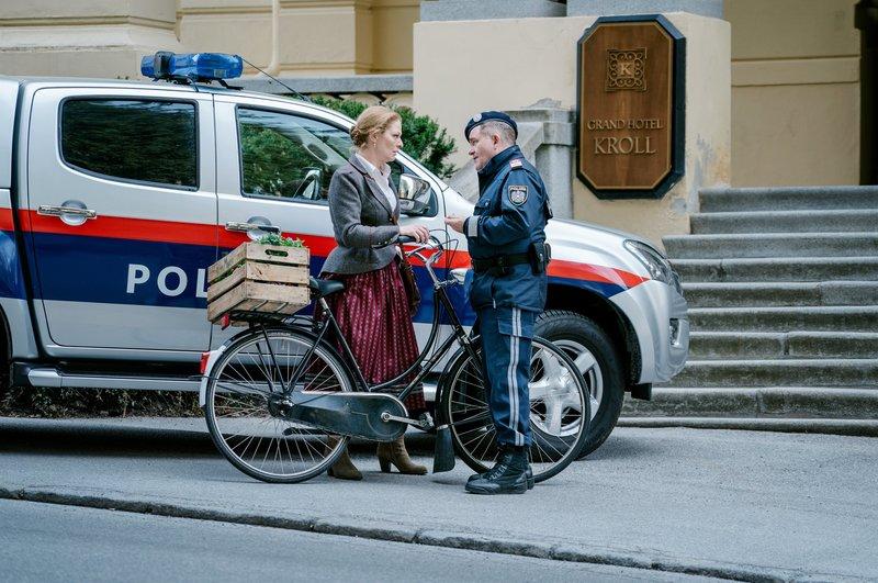 Manipuliert der Polizist Franz Robanegg (Cornelius Obonya) die Ermittlungen, um seine Ehefrau Feli (Christiane von Poelnitz) zu schützen, deren Familie ein dunkles Geheimnis hütet? – Bild: ZDF und Susanne Bernhard.