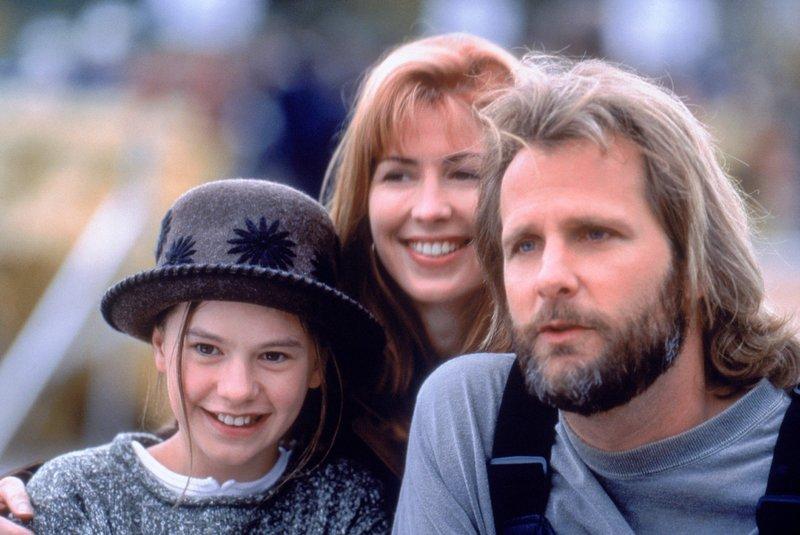 V.l.: Amy Alden (Anna Paquin), Susan Barnes (Dana Delaney) und Thomas Alden (Jeff Daniels) – Bild: TVNOW / © 1996 Columbia Pi