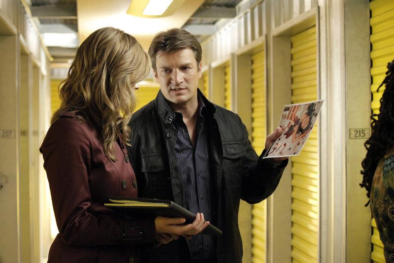 Als eine junge Frau auf mysteriöse Weise ermordet wird, finden Castle (Nathan Fillion, r.) und Beckett (Stana Katic, l.) heraus, dass ihr Todesfall möglicherweise mit dem Verkauf eines Lagerraums zu tun hat. – Bild: kabel eins