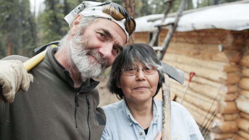 Heimo and Edna in front of their cabin. – Bild: Discovery Communications