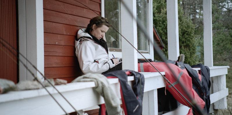 Helinä Häkkänen-Nyholm vor ihrem Haus. – Bild: ARD