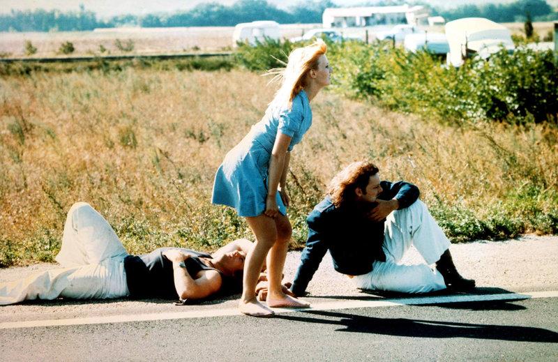 Ohne Fahrzeug ist das Trio aufgeschmissen, keiner will die Tramper Jean-Claude (Gérard Depardieu, li.), Marie-Ange (Miou-Miou, Mi.) und Pierrot (Patrick Dewaere, re.) mitnehmen. – Bild: ARTE F / © Capac