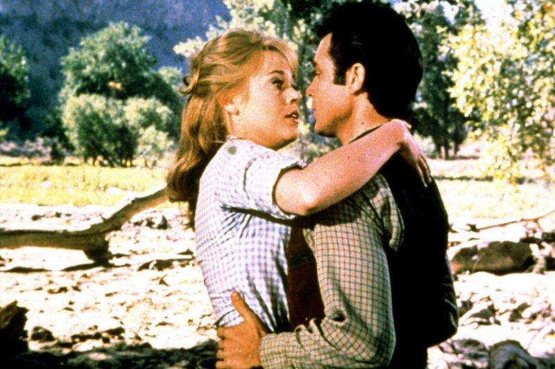 Cat Ballou (Jane Fonda) verliebt sich in den kleinen Gauner Clay Boone (Michael Callan). – Bild: MDR/MDR/Sony