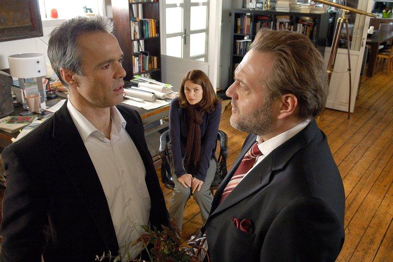 Chris (Hannes Jaenicke) und Edgar (Jan-Gregor Kremp) stehen sich gegenüber und halten jeweils einen Strauß in der Hand. Sie streiten sich um Lisa (Barbara Auer). – Bild: NDR/Nicolas Maack