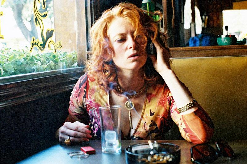 Auf der Flucht nach Mexiko: Julia (Tilda Swinton) braucht erstmal einen Drink. – Bild: ARD / © StudioCanal
