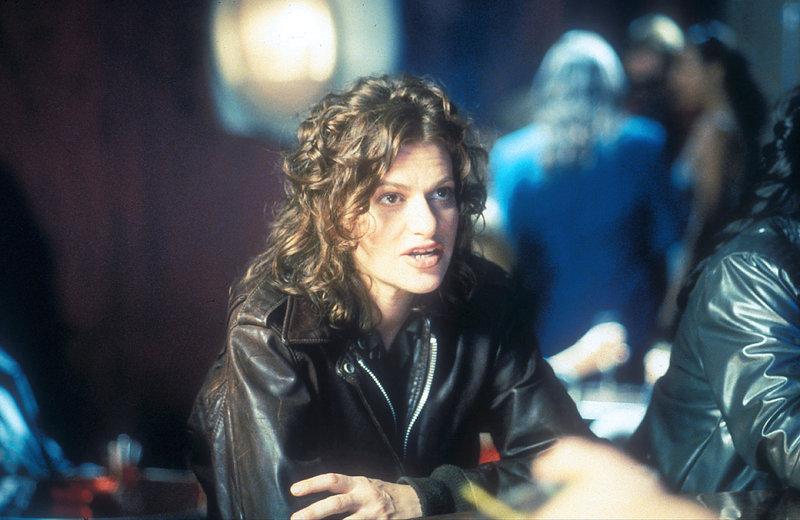 """J.T. Wayne (Sandra Bernhard) steht vor einer schwierigen Aufgabe: Sie muss eine neue Crew für """"Agamemnon"""" zusammenstellen.. The Apocalypse – Bild: Tele 5"""