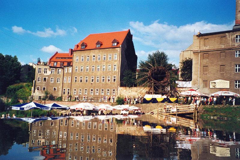 Juli 2002 - Dietmar Dörfer und Elzbieta Lech haben eine Holzbrücke zwischen der Dreiradenmühle (Zgorzelec) und der Vierradenmühle (Görlitz) errichtet. – Bild: SWR