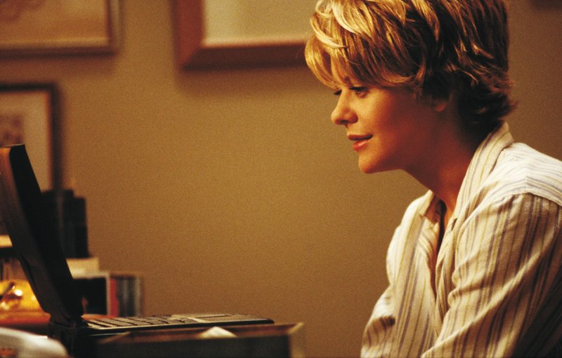 Als Shopgirl schreibt sich Kathleen (Meg Ryan) anonyme E-Mails mit einem Unbekannten, der eine große Faszination auf sie ausübt. – Bild: VOX / Warner Bros