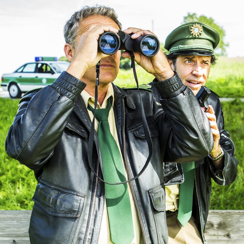L-R: Hubert (Christian Tramitz) und Staller (Helmfried von Lüttichau) – Bild: TMG / Chris Hirschhäuser
