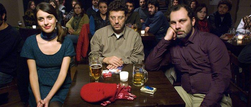 WDR Fernsehen OUR GRAND DESPAIR Spielfilm, Türkei/Deutschland/Niederlande, 2010, Buch und Regie Seyfi Teoman am Donnerstag (13.06.13) um 23:15 Uhr. Nihal (Gunes Sayin, l) hat Ender (Ilker Aksum, M)) und Cetin (Fatih Al, r) zu einem Liederabend ihres ersten Freundes mitgenommen. – Bild: WDR/unafilm