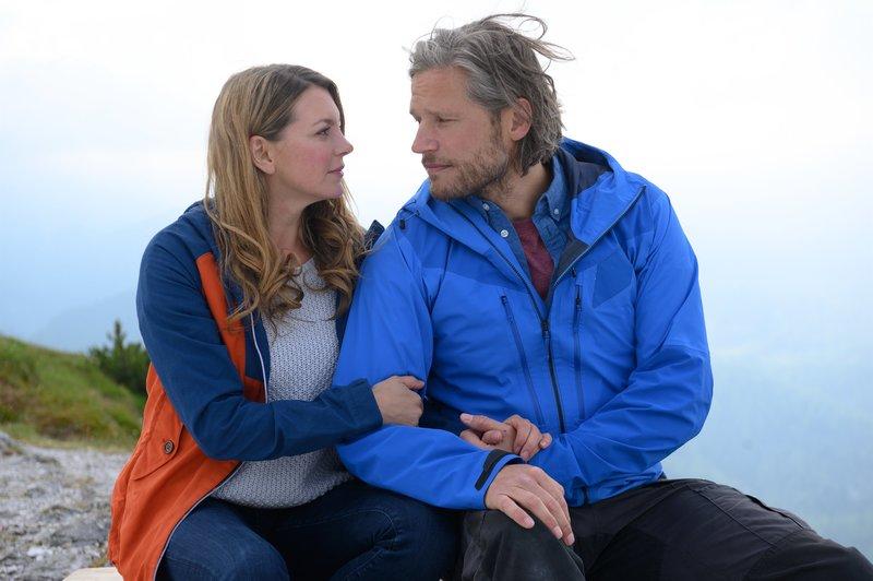 Katharina (Luise Bähr) macht sich Sorgen um Markus (Sebastian Ströbel): Bei seinen Einsätzen riskiert er immer wieder sein Leben. – Bild: ZDF und Walter Wehner.