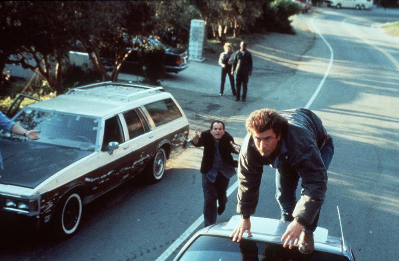 Der Polizist Riggs (Mel Gibson, r.) gibt wirklich alles, wenn es um die Beschattung eines Kronzeugen geht ... – Bild: Warner Brothers International Lizenzbild frei