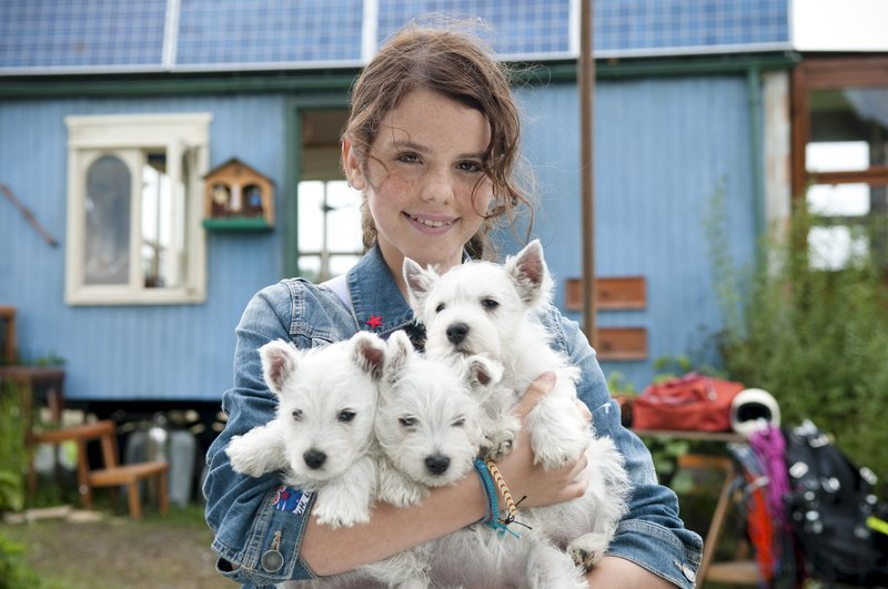 Laila (Ruby O. Fee) und die drei geretteten Hundewelpen – Bild: ZDF/Stephan Rabold