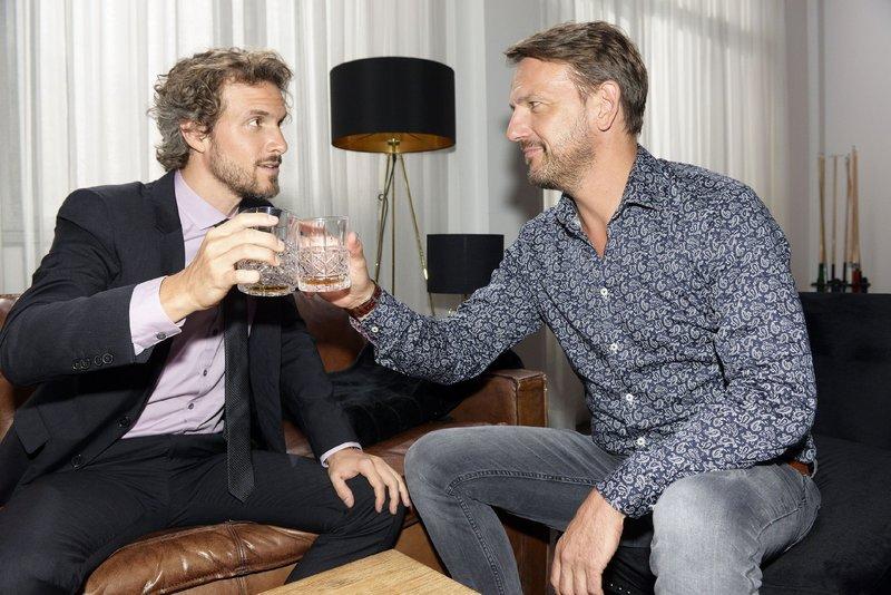 Felix (Thaddäus Meilinger, l.) freut sich, dass Robert (Nils Schulz) seine Liebe gefunden hat und ihn bittet, sein Trauzeuge zu sein. – Bild: TVNOW / Rolf Baumgartner