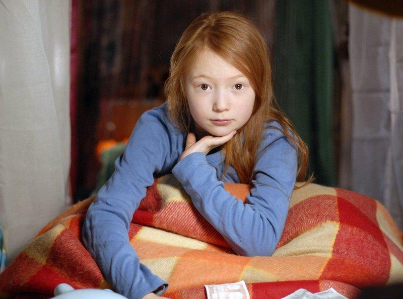 Emma (Aurelia Stern) ist traurig, weil ihre Eltern vorĂĽbergehend in das Hauptquartier der Pfefferkörner einziehen.– Bild: NDR/Romano Ruhnau