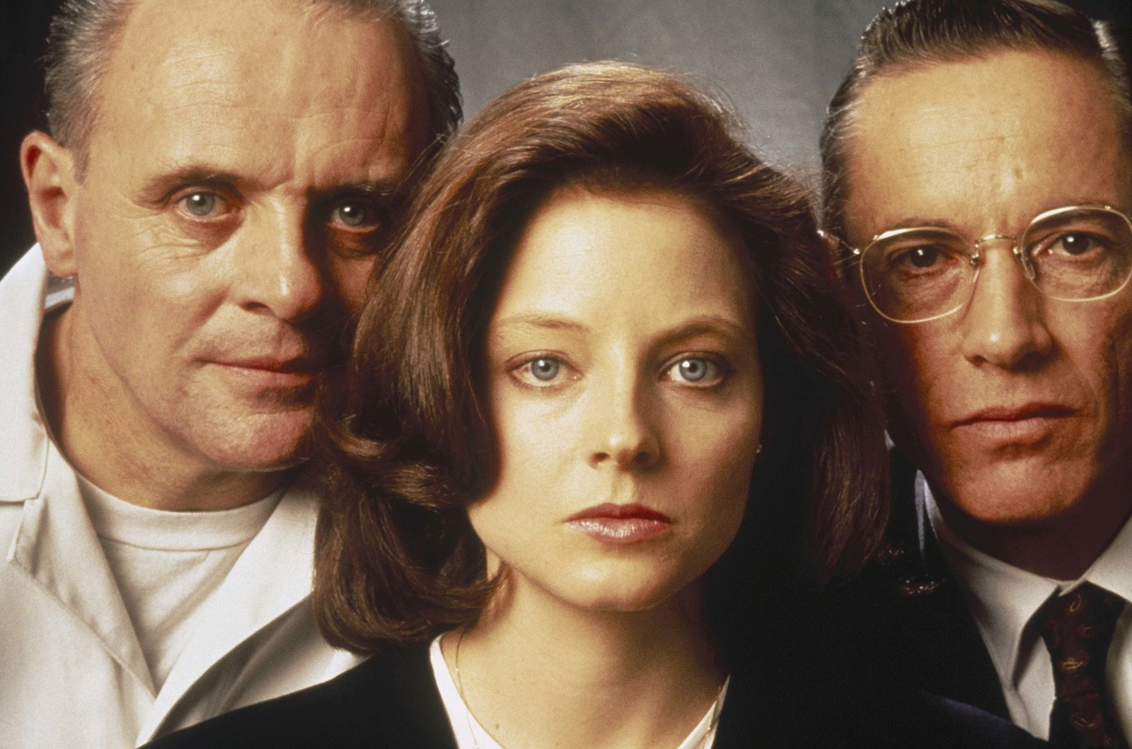 Anthony Hopkins as Dr. Hanibal Lecter, Jodie Foster as Clarice Starling and Lawrence A. Bonney as FBI Instructor – Bild: Servus TV