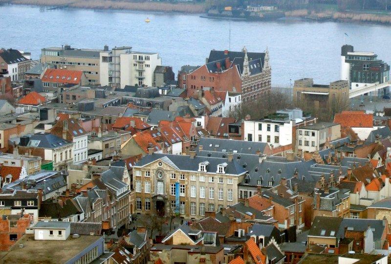 Blick auf die Stadt Antwerpen an der Schelde. Bereits im 16. Jahrhundert war Antwerpen eine wohlhabende, wirtschaftlich florierende Stadt. – Bild: ZDF und SWR/Horst Brandenburg.