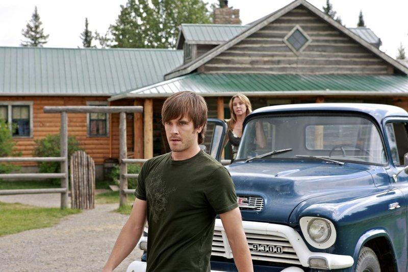 Ty (Graham Wardle, l.); Lily (Megan Follows, r.) – Bild: Rescued Horse Season Six Inc. Lizenzbild frei