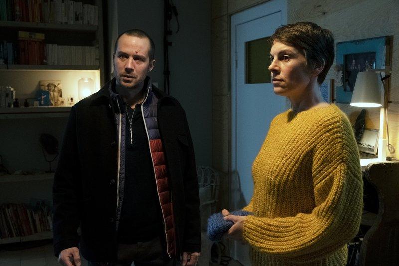 Kirsten (Victoria Mayer) und Lars Eckert (Barnaby Metschurat) unterhalten sich mit ihrem Besuch. – Bild: ZDF und Marion von der Mehden.