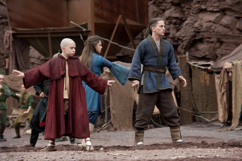 Haben einige Tricks auf Lager, um die Zhaos Armee in Schach zu halten: (v.l.n.r.) Aang (Noah Ringer), Katara (Nicola Peltz) und Sokka (Jackson Rathbone) ... – Bild: 4+